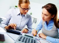 mengelola keuangan perusahaan